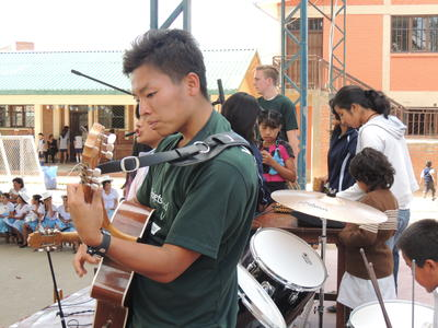 南米ボリビアの音楽フェスティバルでパフォーマンスをする日本人ボランティア