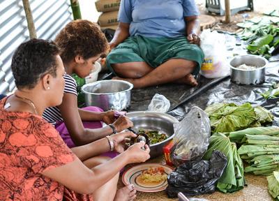 フィジーで村落開発の海外ボランティア 食事の準備に取り掛かる現地人女性たち