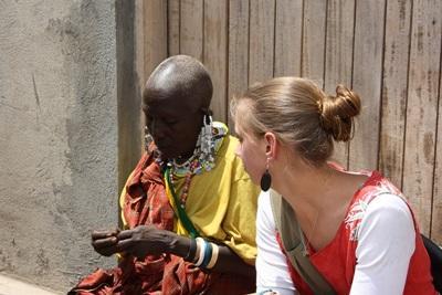 タンザニアのマサイ族と交流するボランティアの様子