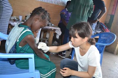 西アフリカのガーナで、医療アウトリーチ活動中の日本人インターン