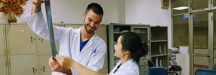 ベトナムで国際医療 病院で現地人医師とレントゲンを確認する医療インターン