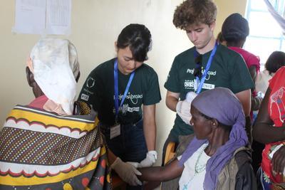 日本人女子高校生ボランティアがケニアで地域型の医療支援に取り組んでいる様子