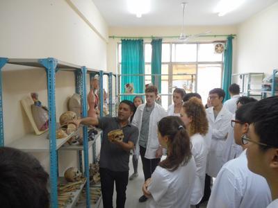 ネパールで医療を学習する高校生ボランティアたち