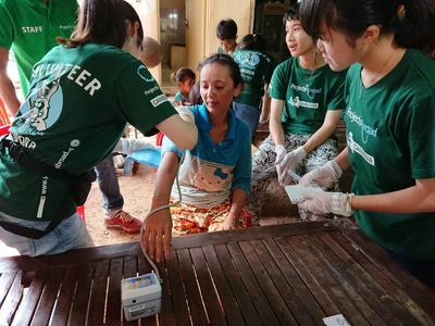 カンボジアで公衆衛生活動にあたる高校生ボランティアたち