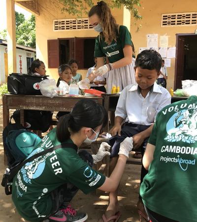 日本人高校生ボランティアがカンボジアの地域各所でヘルスケアを提供している様子