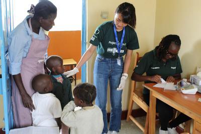 日本人高校生ボランティアがケニアの子供たちへのヘルスケアの提供に取り組む