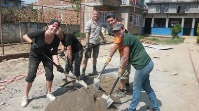 高校生の海外ボランティア ネパールで学校再建に貢献する高校生ボランティアたち
