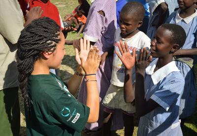 高校生の海外ボランティア ケニアでチャイルドケアにあたる日本人高校生ボランティア