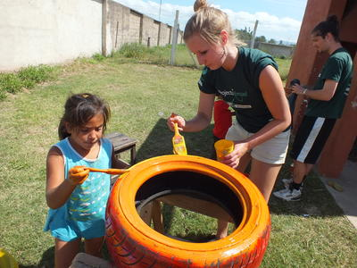 南米アルゼンチンで海外ボランティア 現地の子供たちと外でアクティビティ中の高校生ボランティア