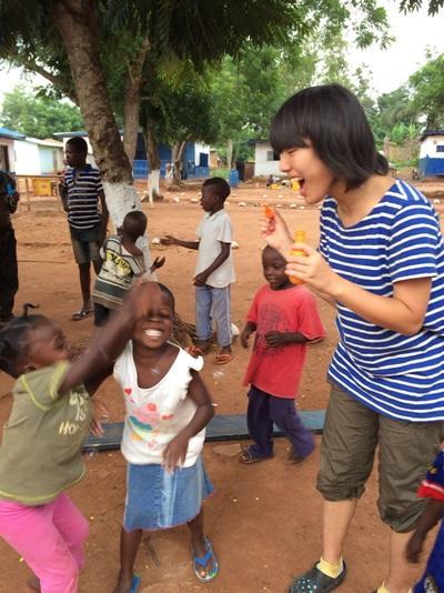 夏休みの海外ボランティア ガーナの子供たちのために活動する日本の高校生