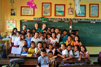 フィリピンで海外ボランティア 高校生ボランティアと現地の子供たち
