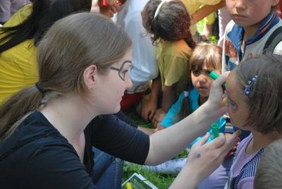 ルーマニアの子供たちとアクティビティを行う高校生ボランティアの様子