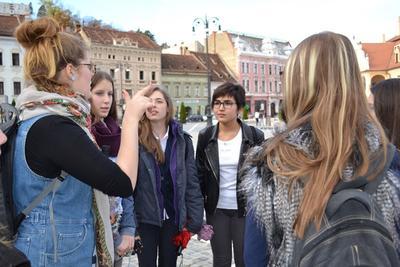 ルーマニアで海外ボランティアをしながらシティツアーを楽しむ高校生ボランティアたち