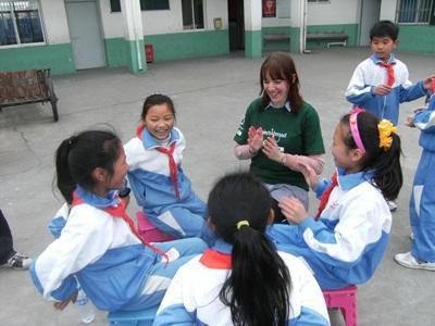 高校生の海外ボランティア 中国でチャイルドケアに貢献する高校生ボランティアと現地の子供たち