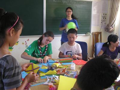 ベトナムの子供たちと図画工作を行う高校生ボランティアたち