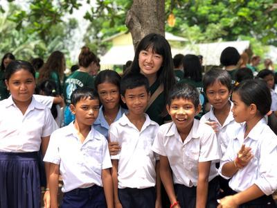 発展途上国カンボジアでチャイルドケアに取り組む日本人高校生ボランティアの様子