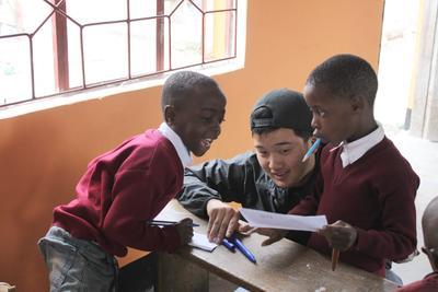 タンザニアでチャイルドケア活動に取り組む日本人高校生ボランティア