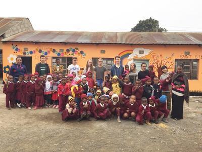 タンザニアでチャイルドケアに貢献する日本人高校生ボランティアと仲間たち