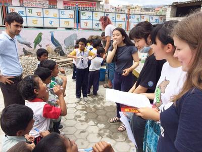ネパールの子供たちに歯磨き指導を行う日本人高校生ボランティアたち