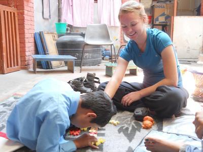 ネパールの子供への理学療法治療の補助に携わる高校生ボランティア