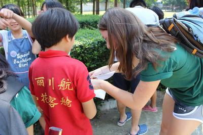 高校生ボランティアがサマースクールで中国の子供たちの教育活動を支える