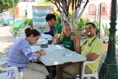 メキシコで地域型の公衆衛生活動に貢献する高校生ボランティアたち