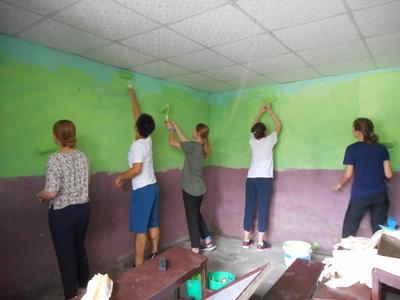 ネパールで教室の塗装に励む高校生ボランティア