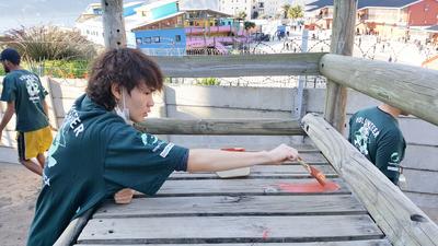 南アフリカの子供たちために遊び場の修繕に取り組む日本人高校生ボランティア