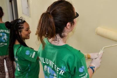 スリランカで海外ボランティア 施設の塗装に励む高校生ボランティアたち
