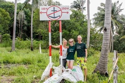 カンボジア環境保護活動 日本人ボランティアが現地の児童と共にリサイクルを行っている様子