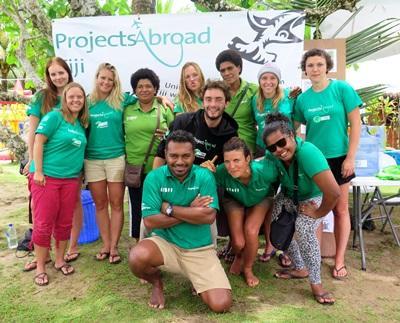 フィジースタッフと環境保護ボランティアの集合写真