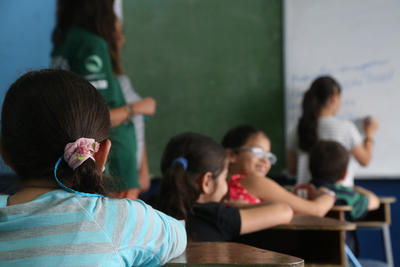 高校生短期海外ボランティア コスタリカの小学校で授業中の様子