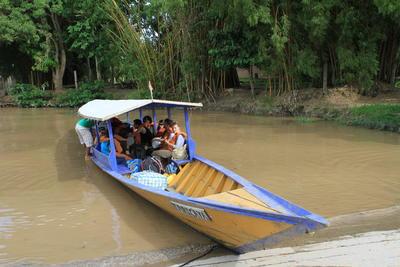 ボートに乗ってタリカヤ自然保護区に向かう高校生ボランティアたち