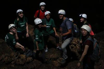 コスタリカの国立公園の洞窟で活動中の高校生環境保護ボランティアたち