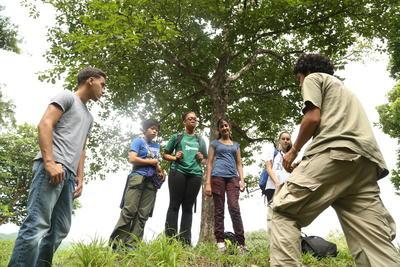 コスタリカで森林再生について学ぶ高校生ボランティアたち