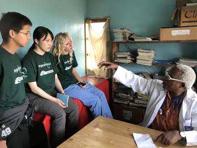 タンザニアの医師から医療を学ぶ日本人高校生ボランティア