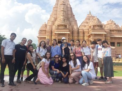 ネパールで週末の小旅行に出かける高校生ボランティアたち