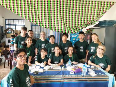 スリランカで医療ボランティアに参加中の高校生たち