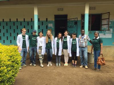 タンザニアで医療を学ぶ高校生ボランティアたち