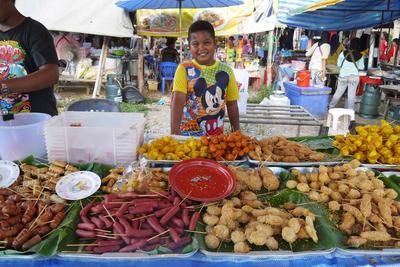 高校生の短期海外ボランティア タイの地元マーケットの様子