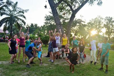 フィリピンで海外ボランティア フリータイムにゲームをして交流を深める高校生ボランティアたち