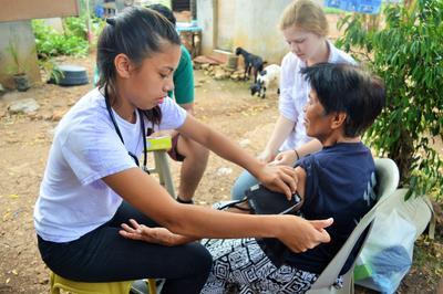 高校生の海外ボランティア フィリピンで公衆衛生アウトリーチ活動にあたる日本人ボランティア
