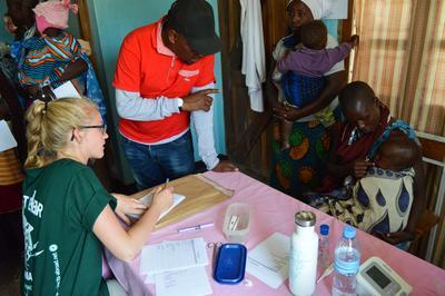 タンザニアで国際経験 高校生ボランティアがマサイ族にヘルスケアを提供している様子