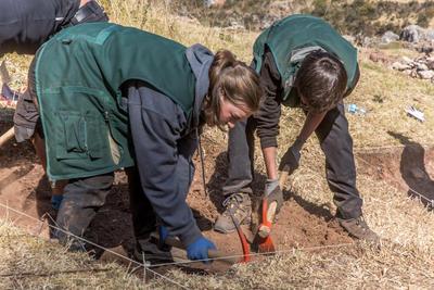 南米ペルーでインカ遺跡の発掘作業に貢献する高校生ボランティアたち