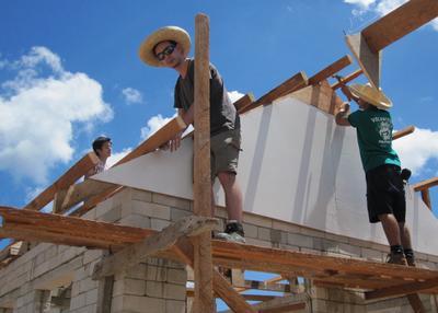 アジアのフィリピンで建築に貢献する高校生ボランティアたち