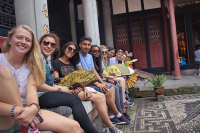 中国で海外ボランティアをしながら、異文化交流を楽しむ高校生ボランティアたち