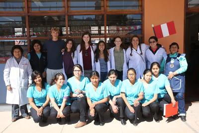 高校生の海外ボランティア ペルーで医療プロジェクトに参加中の多国籍な高校生たち