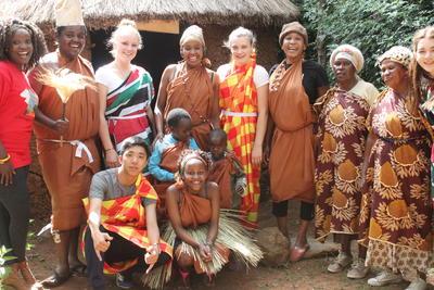 ケニアの伝統衣装を身にまとった高校生ボランティアたち
