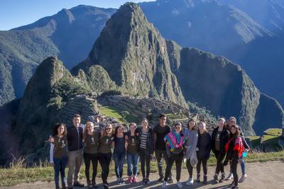 ペルーで考古学の海外ボランティア マチュピチュ観光を楽しむ高校生ボランティアたち