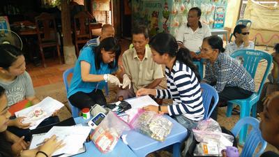 カンボジアで公衆衛生の海外ボランティア 活動にあたる日本人女子高校生ボランティア